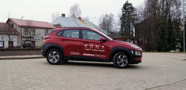 """Nepilnus 4,2 metrus garais """"Hyundai Kona"""" krosovers tirdzniecībā ir jau vairākus gadus un teju vienlaicīgi bija pieejams arī kā elektroauto...."""